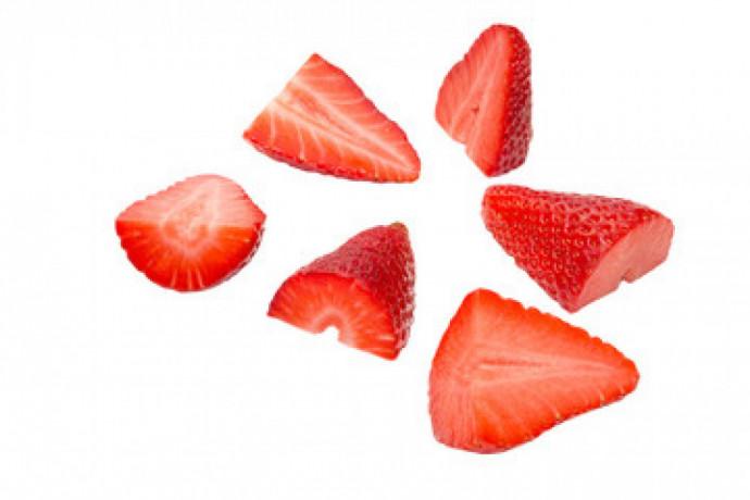 praca-produkcyjna-przy-krojeniu-truskawki-salatki-owocowe-venlo-big-0